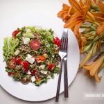 салат с чечевицей, овощами и брынзой
